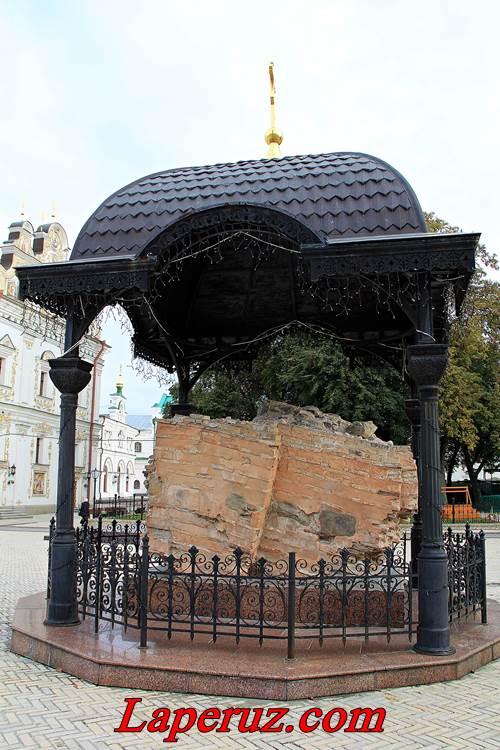 lavra-kamen Uspenskogo sobora