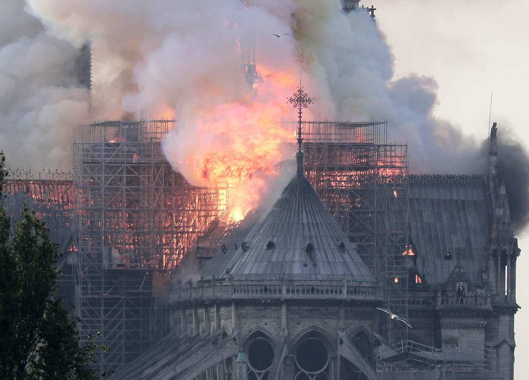 epa07508685 Flames on the roof of the Notre-Dame Cathedral in Paris, France, 15 April 2019. A fire started in the late afternoon in one of the most visited monuments of the French capital. EPA-EFE/IAN LANGSDON