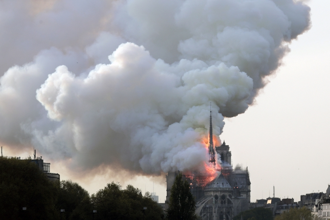 epa07508706 Flames on the roof of the Notre-Dame Cathedral in Paris, France, 15 April 2019. A fire started in the late afternoon in one of the most visited monuments of the French capital. EPA-EFE/IAN LANGSDON