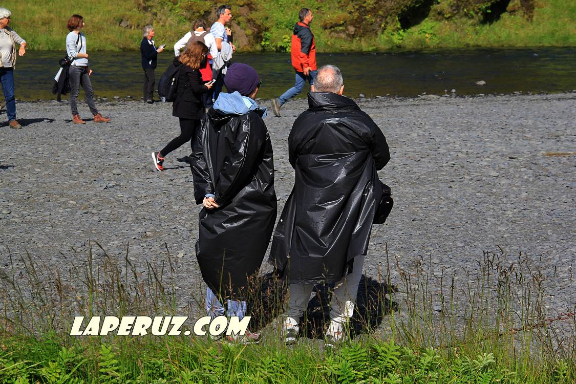 skogafoss_people