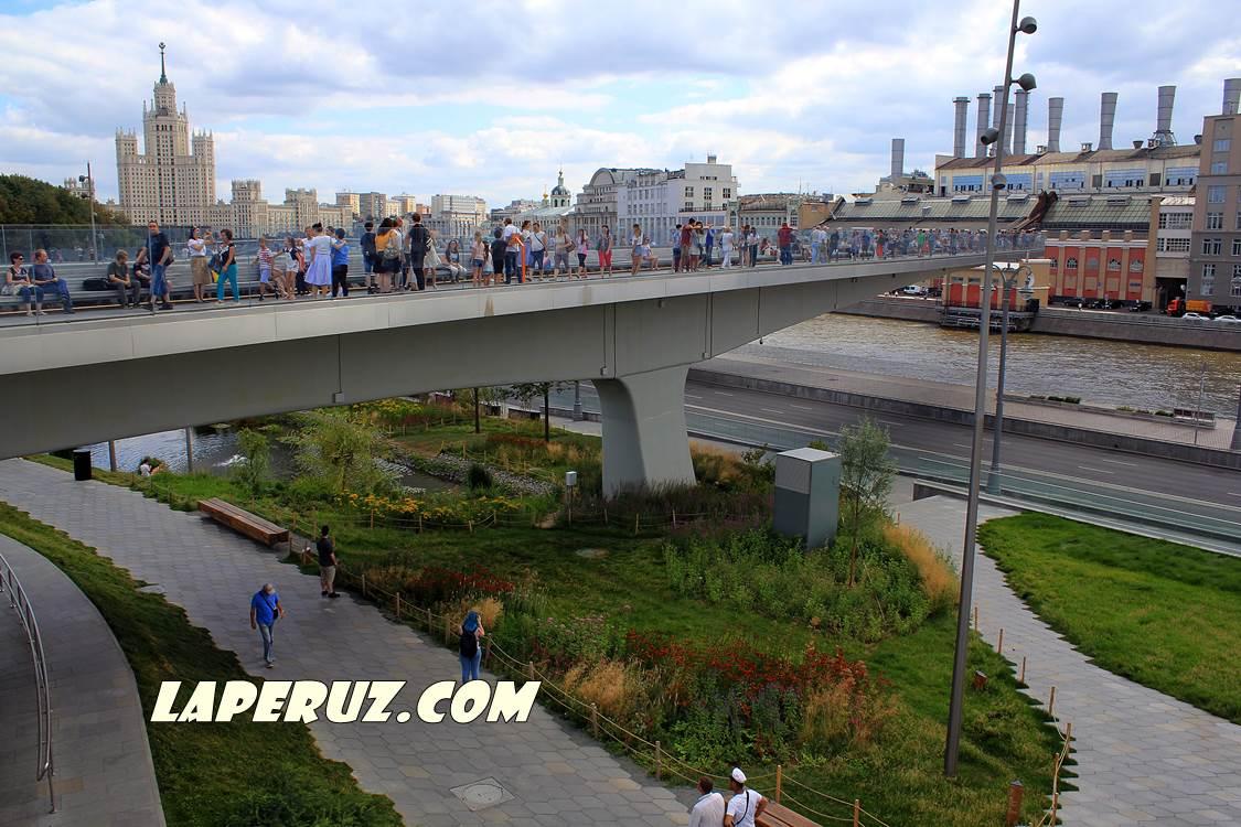 zaryadie_paryaschii_most