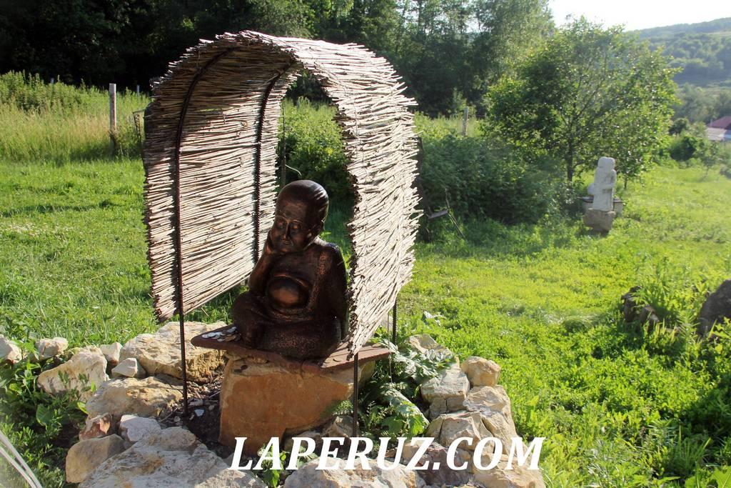 sad_nepravilnyh_skulptur_budda_poproshaika