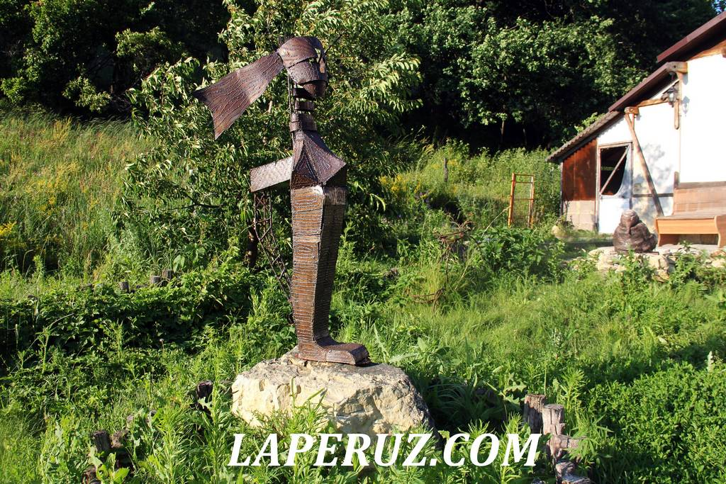 sad_nepravilnyh_skulptur_loh_11