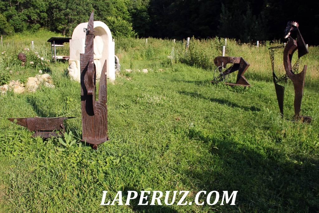 sad_nepravilnyh_skulptur_loh_13
