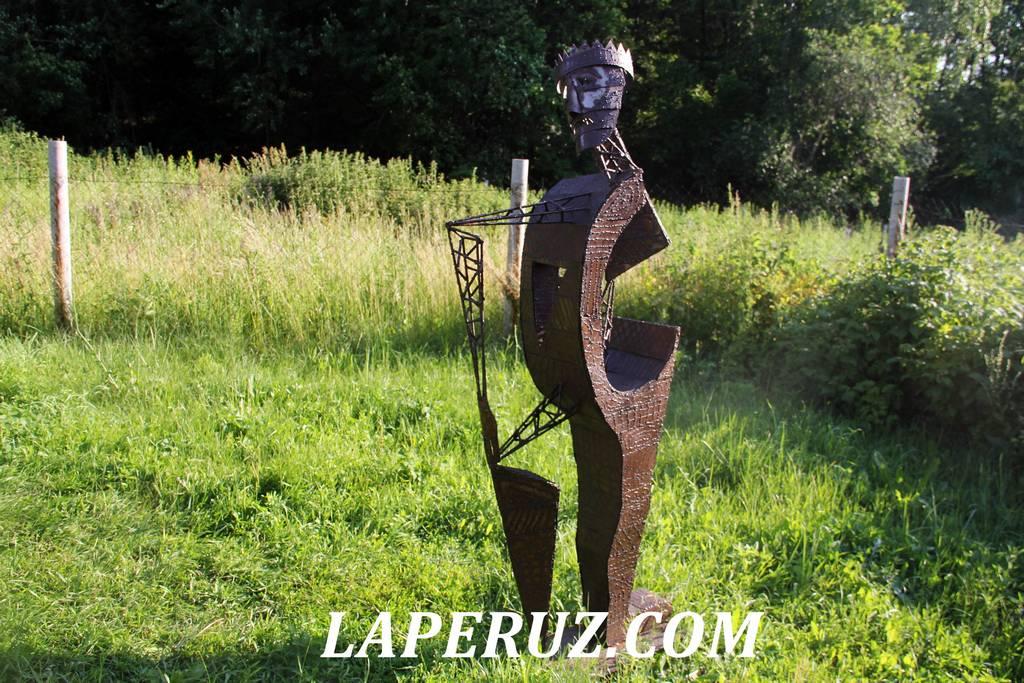 sad_nepravilnyh_skulptur_loh_9