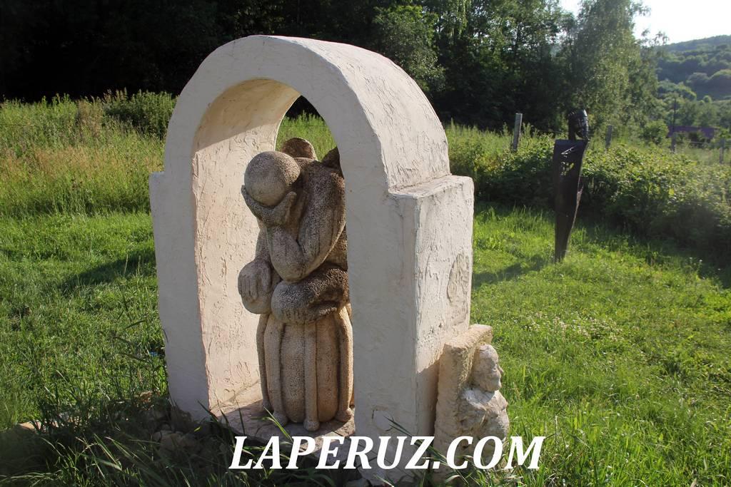sad_nepravilnyh_skulptur_padshii_angel