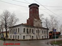 Пожарно-сторожевая башня с каланчой и зданием полицейского управления — Елабуга, улица Московская, 92-94