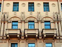 В Санкт-Петербурге на доме Кирилловых повредили скульптуру
