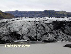 Сосед Эйяфьядлайокудля — чёрно-белый ледник Соульхеймажкютль