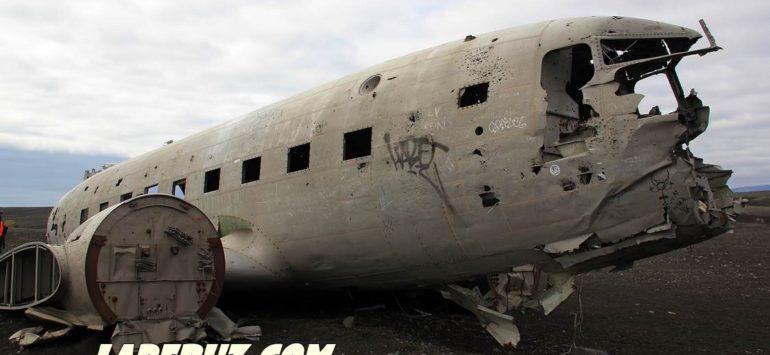 Заброшенный самолёт на исландском берегу