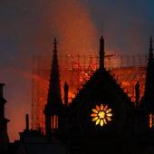 Пожарные спасли башни Нотр-Дам от огня